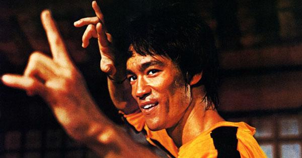 Брюс Ли в желтом тренировочном костюме. *Лучший стиль — отсутствие стиля*